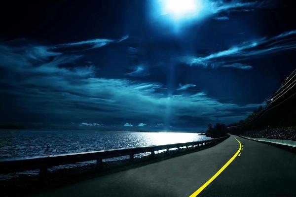Con el reflejo de la luna en el agua