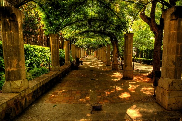 Parque con columnas de piedra