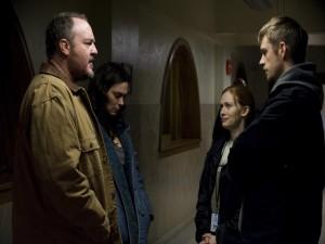 La familia Larson con los detectives Linden y Holder