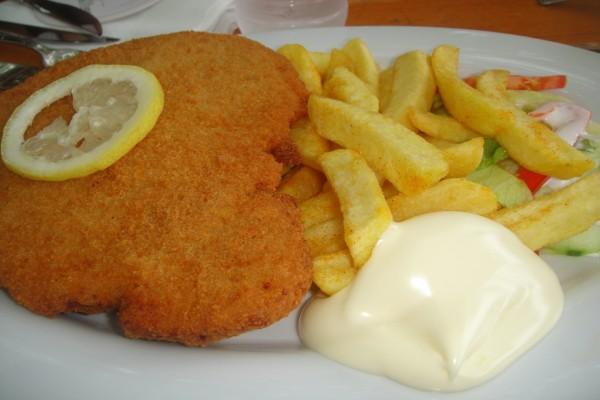 Filete de pescado con patatas fritas y salsa mayonesa