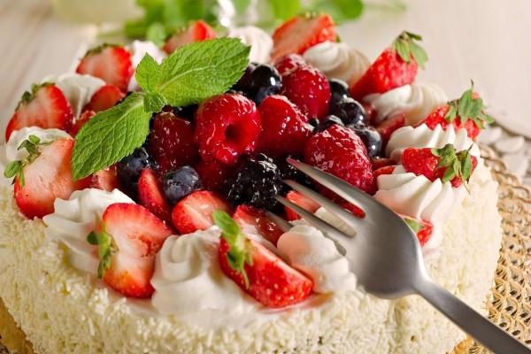 Tarta con frutas rojas frescas