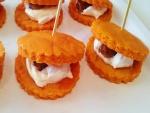 Sándwiches de galleta con crema de queso y dátiles