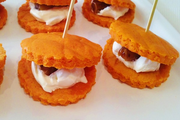 Sándwiches de galleta con crema de queso y dátiles