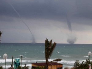 Postal: Dos tornados en el mar
