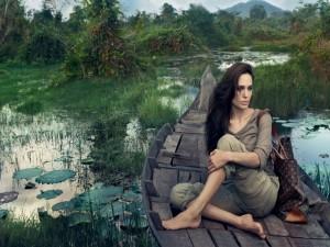 Postal: Angelina Jolie sobre una barca