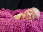 Bebé descansando sonriente