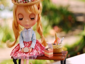 Postal: Una muñeca merendando