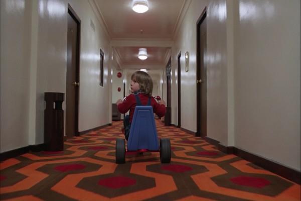 Danny en triciclo por los pasillos del Hotel Overlook (El Resplandor)