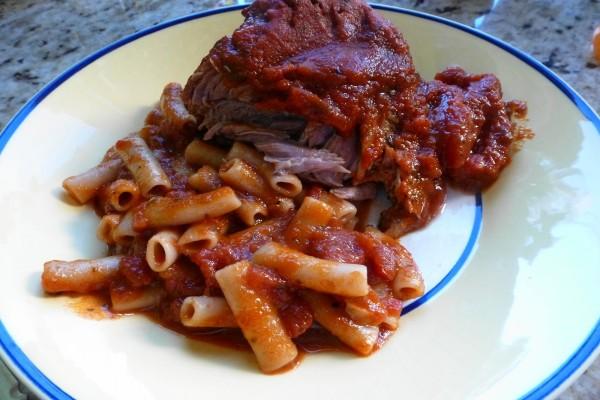 Macarrones con carne en salsa