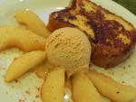 Tostada francesa, pera y helado