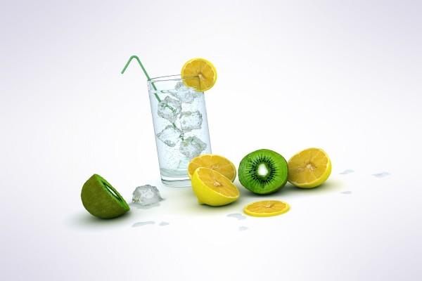 Vaso con hielos, limón y kiwi