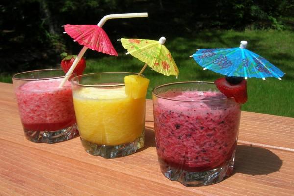Zumos de frutas con sombrilla