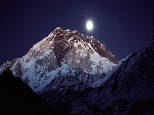 Luz de la luna sobre la montaña