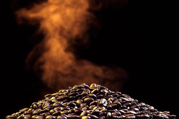 Humeante montaña de café en grano