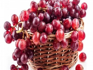 Racimo de uvas en una cesta
