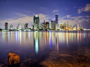 Postal: Rascacielos reflejados en el mar