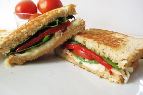 Sandwich tostado con tomate y mozzarella