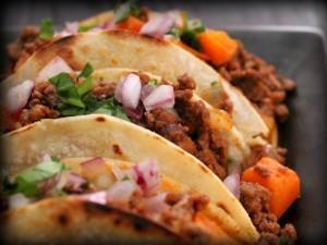 Tacos con carne picada y cebolla