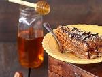 Torta con miel, nueces y chocolate