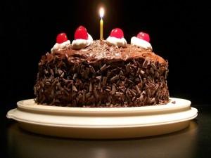 Postal: Torta de chocolate con una vela
