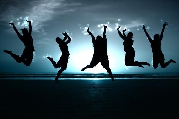 Chicos y chicas alegres en una playa