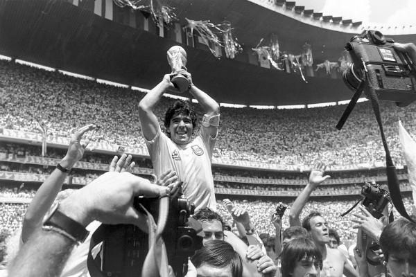 Maradona levantando la copa de campeones del mundo