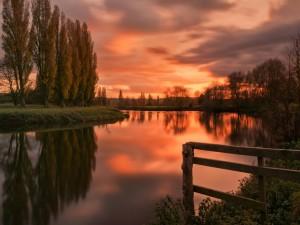Postal: Puesta de sol en el río