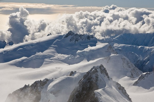 Grandes nubes sobre cumbres nevadas