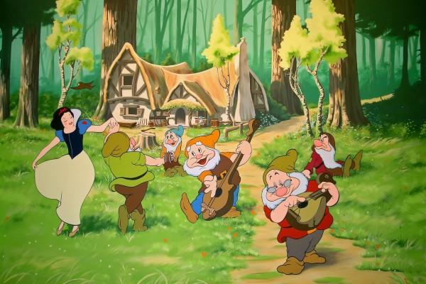 Blancanieves bailando con los enanitos