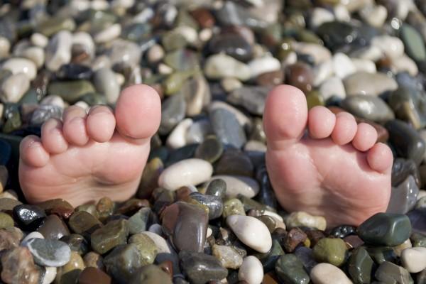 Unos pies saliendo de las piedras