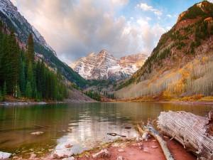 Postal: Lago entre montañas