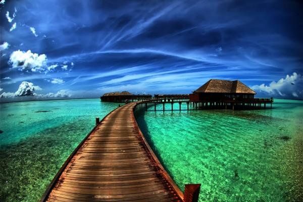Contraste de un cielo azul y aguas verdes