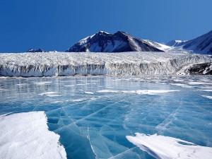 Hielo azul cubriendo el lago Fryxell (Antártida)