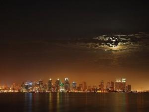 Postal: La luna oculta tras las nubes sobre la ciudad de San Diego, California