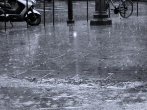 Una calle mojada por la lluvia