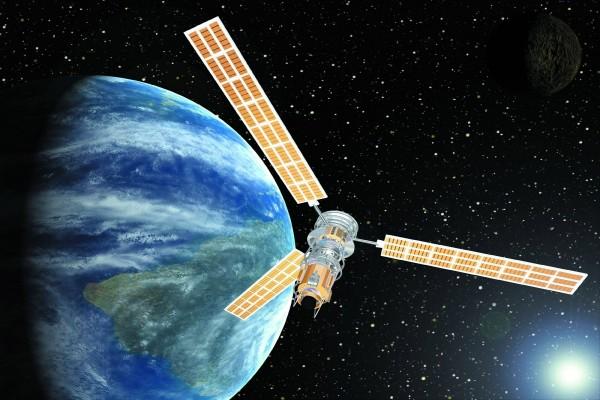 Satélite orbitando la tierra