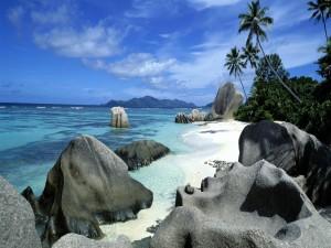 Postal: Grandes piedras en la playa