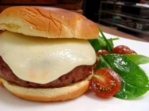 Ensalada de espinacas y hamburguesa con mucho queso