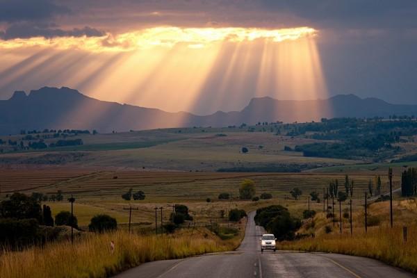 Rayos de luz en la carretera