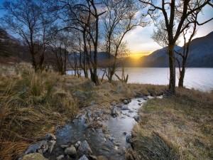 Postal: Puesta de sol sobre un lago