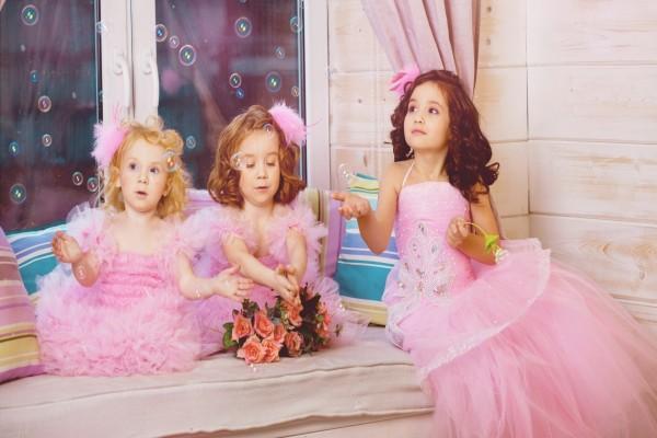 Niñas con elegantes vestidos rosas