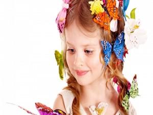 Niña con flores y mariposas en el pelo