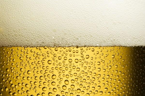 Cerveza rubia con mucha espuma