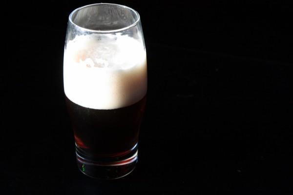 Vaso de cerveza negra