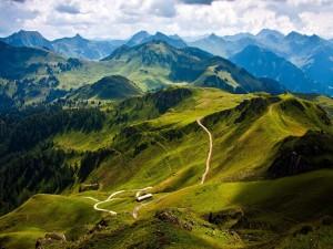 Postal: Camino entre verdes montañas