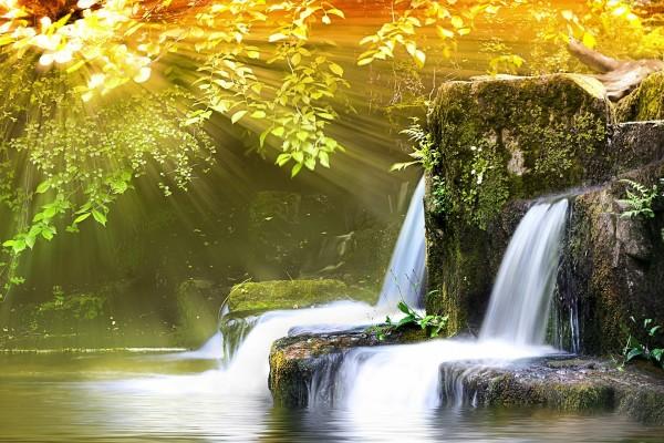 Rayos de sol iluminando unas cascadas