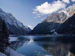 El lago Klöntalersee, en el Cantón de Glaris, Suiza