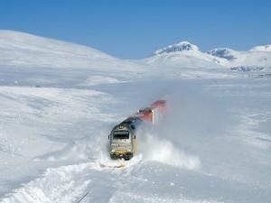 Tren abriéndose paso entre la nieve