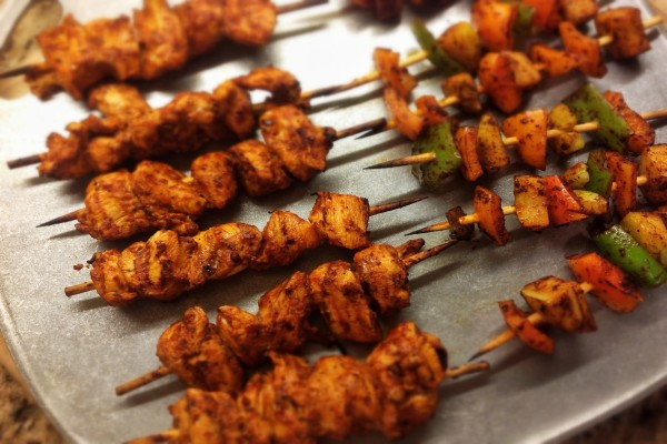 Brochetas de pollo y vegetales