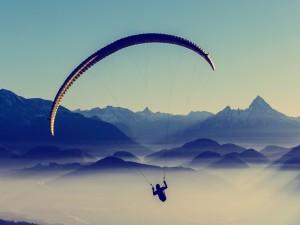 Postal: Parapente sobre las montañas